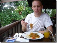 Juha syömässä Lintupuistossa