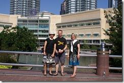 Krista, Juha ja Minna Petronasin Twin towerien takana olevassa puistossa