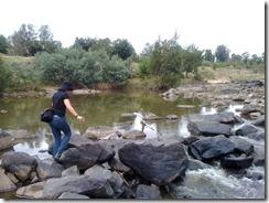 Vaarallisen joen ylitystä