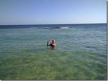Krista valmistautumassa snorklaamaan