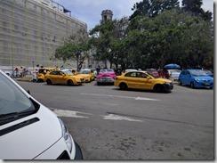 Taksipiste - moderneja ja vanhoja autoja sekaisin